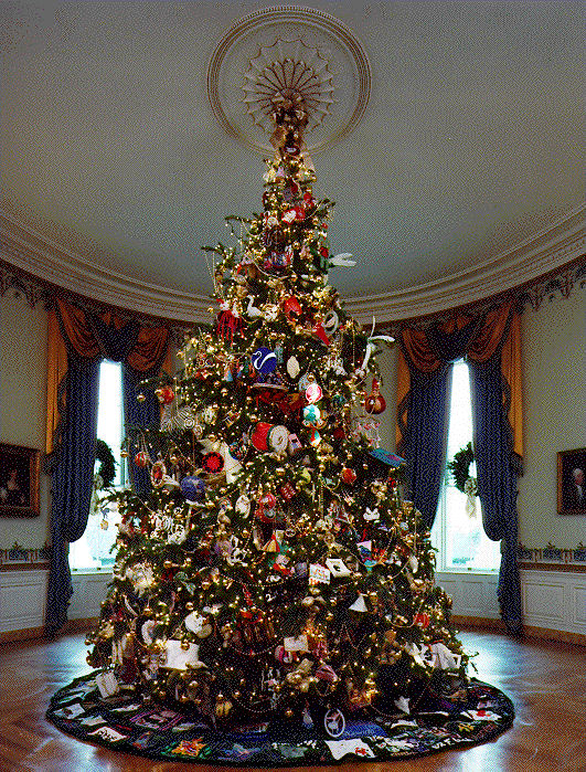 Subplots decorating a christmas tree for How much rooms does the white house have